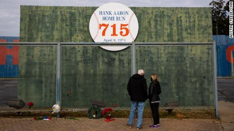 People pay respects at the Hank Aaron Home Run wall in Atlanta, 佐治亚州, 在一月 22, 2021.