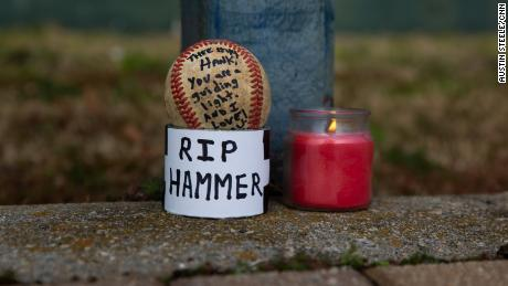 Danny Welch left behind a ball to pay his respects at the Hank Aaron Home Run wall in Atlanta, 그루지야, 1 월 22, 2021.