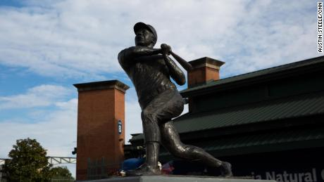 The original Hank Aaron statue stands at Center Parc Credit Union Stadium, what used to be Turner Field, 在亚特兰大, 佐治亚州, 在一月 22, 2021.