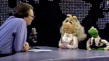 Larry King interviews Kermit and Ms. Piggy.