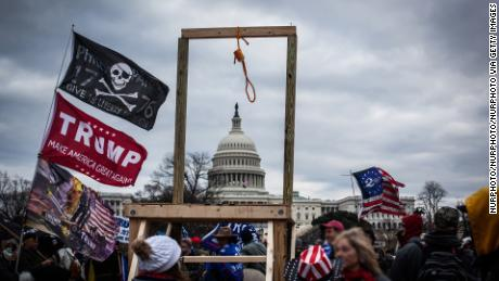 "Trump supporters gather near the US Capitol, en enero 6 in Washington, corriente continua, as seen in the ""Frontline"" documentary, ""Triunfo's American Carnage.&amcotizaciónot;"