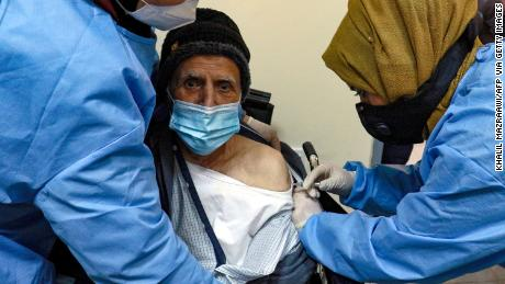 جنوری میں اردن کے شہر عمان میں ایک بزرگ کو سینوفرم ویکسین کی ایک خوراک مل رہی ہے۔