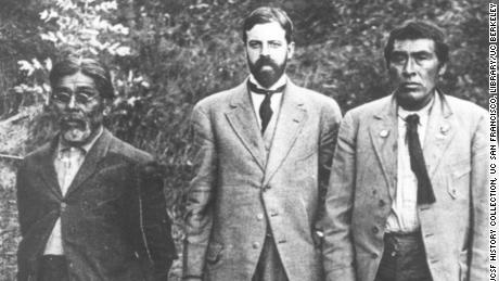 Anthropologist Alfred Kroeber (sentrum) is photographed in 1911 near the UC Museum of Anthropology with Yahi translator Sam Batwai (links) and a Native American man named Ishi (reg).