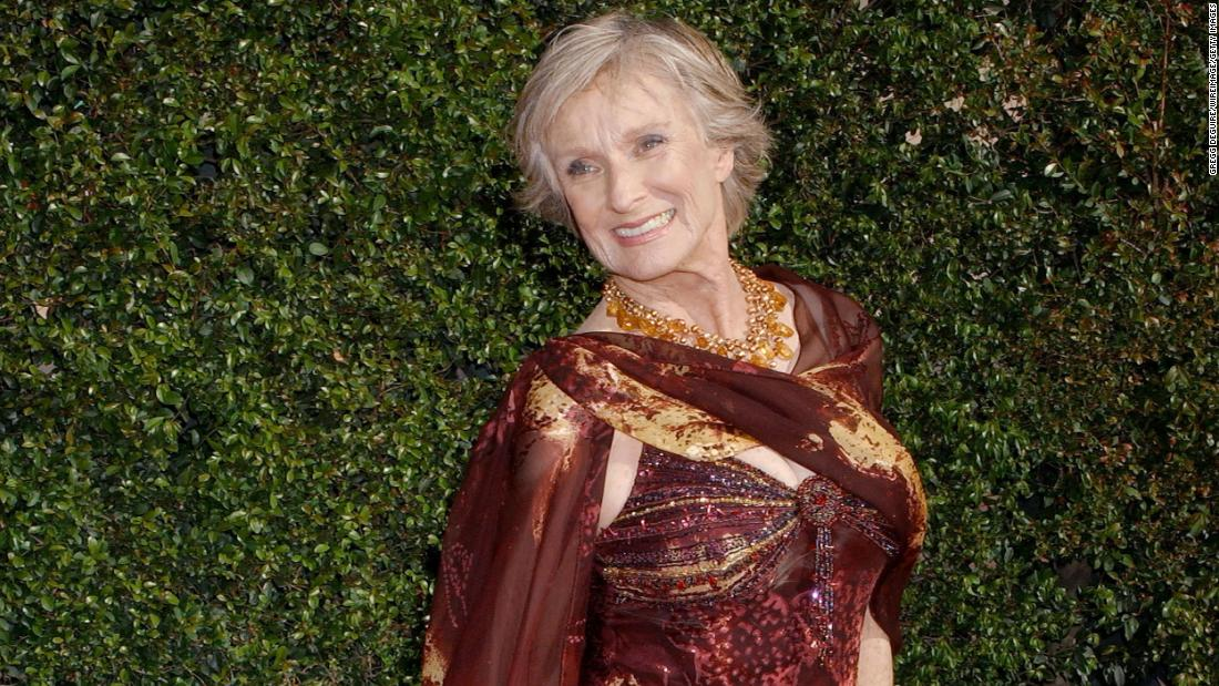 "<a href =""https://www.cnn.com/2021/01/27/entertainment/cloris-leachman-obit/index.html"" target =""_blank&ampquott;>Cloris Leachman,</un> the acclaimed actress whose one-of-a-kind comedic flair made her a legendary figure in film and television for seven decades, è morto a gennaio 27. Lei era 94."