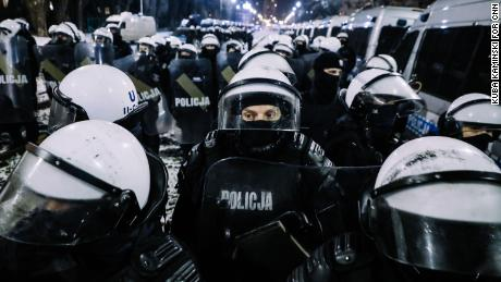 Police blockades prevented the demonstrators reaching the official residence of PiS leader Jarosław Kaczyński.