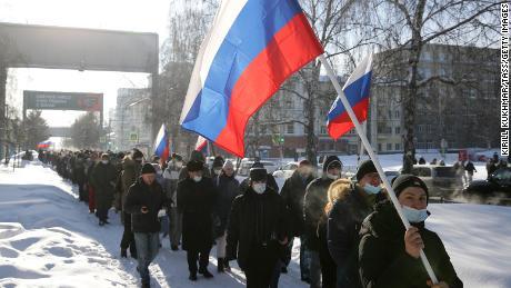 مظاہرین وسطی نووسیبیرسک میں نیولنی کی حمایت میں اتوار کے روز غیر مجاز احتجاج میں شریک ہیں۔