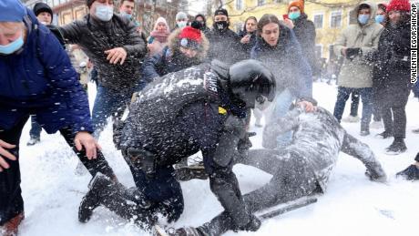 حزب اختلاف کے رہنما الیکسی ناوالنی کی نظربندی کے خلاف اتوار کے روز سینٹ پیٹرزبرگ میں ایک مظاہرے کے دوران ایک پولیس اہلکار نے ایک شخص کو حراست میں لے لیا۔