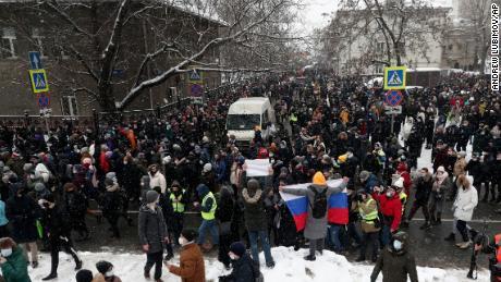 الیکسی ناوالنی کو جیل بھیجنے کے خلاف اتوار کے روز ماسکو میں ایک احتجاج میں لوگ شریک ہوئے۔