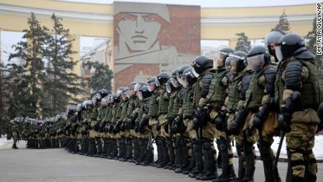 اتوار کے روز ، روس کے ولگوگراڈ میں نیولنی کی نظربندی کے خلاف احتجاج کے دوران پولیس نے راستہ روک دیا۔