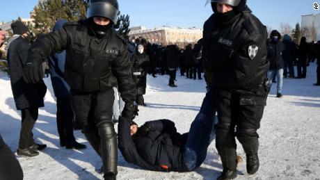 اتوار کے روز پولیس نے سائبیریا کے شہر اومسک میں نیولنی کی حمایت میں احتجاج کے دوران ایک شخص کو حراست میں لیا۔