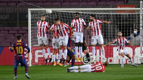 Messi scores a free-kick against Athletic Bilbao on Sunday.