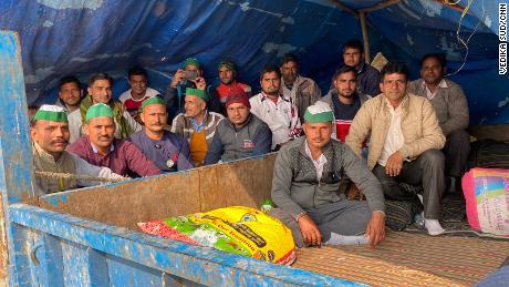 ہزاروں کسان کیمپ سائٹ پر سو رہے ہیں۔