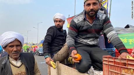 Farmers in Ghazipur gather fresh fruit from the back of a supply truck, 在二月 4, 2021.