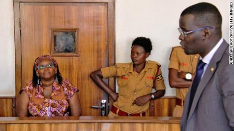 Stella Nyanzi, sinistra, in court as she faced charges for cyber-harassment and offensives communication, in Kampala, in aprile 10, 2017.