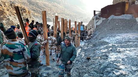 8 فروری ، 2021 ، اتراکھنڈ ، اتراکھنڈ ، ضلع چولی کے رینی گاؤں میں ہائیڈرو پاور پروجیکٹ میں انڈو تبتی بارڈر پولیس (آئی ٹی بی پی) کے اہلکار بچاؤ کی کوششوں میں حصہ لے رہے ہیں۔
