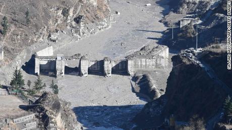 8 فروری کو تپوان میں دریا کے کنارے ڈیم کی باقیات۔