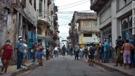People line up to buy food in Havana, 在二月 2, 2021, as Covid-19 cases surge in the island nation.