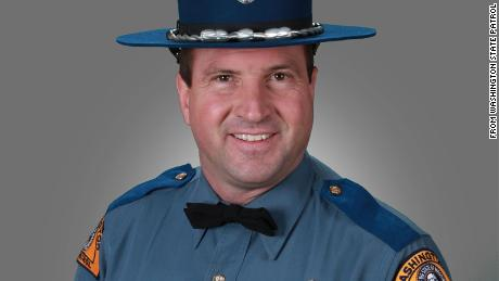 A Washington state trooper was killed in an avalanche while snowmobiling, 官员说
