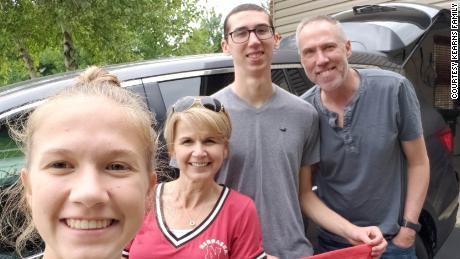 الینوائے سے تعلق رکھنے والے 20 سالہ کالج کے طالب علم ، الیکس کیرنز گذشتہ موسم گرما میں خودکشی سے ہلاک ہوگئے تھے۔  اس کے والدین ، ڈین اور ڈوروتی اور بہن سڈنی نے رابن ہڈ کے خلاف غلط موت کا مقدمہ دائر کیا۔