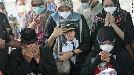 انڈونیشیا کے شہر سوریابیا میں 15 جنوری کو سری وجیہا ہوائی حادثے کا نشانہ بننے والے فرڈلی سٹریانوٹو کی تدفین کے دوران رشتے دار رو پڑے۔