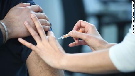 Para detener la pandemia mundial, los países ricos deben dejar de acumular vacunas