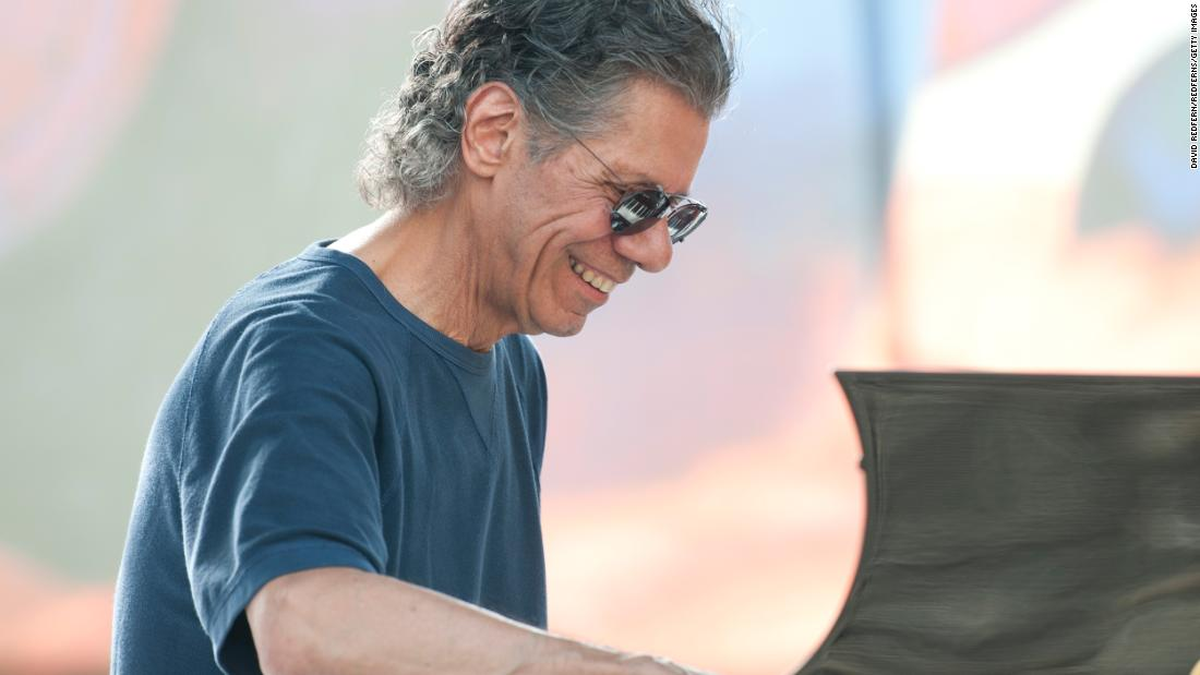 "Renowned jazz pianist and composer <a href =""http://www.cnn.com/2021/02/11/entertainment/chick-corea-dead/index.html"" target =""_blank"">Chick Corea</un> died from ""una rara forma di cancro,quot;quot; a statement on the musician's website said on February 11. È stato 79. Over a career that spanned more than 50 anni, Corea worked with some of the biggest names in jazz, including Dizzy Gillespie, Herbie Mann and Miles Davis."