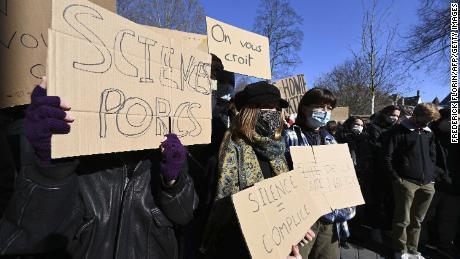 طلباء صنف پر مبنی تشدد کی مذمت کے لئے سائنسز پو یونیورسٹی کے سامنے مظاہرہ کررہے ہیں۔  اشارے پڑھتے ہیں & quot؛ ہمیں یقین ہے کہ آپ & quot؛  اور & quot؛ خاموشی = ساتھی. & quot؛