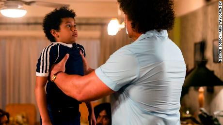 "Adrian Groulx (左) as the 10-year-old Dwayne Johnson and Matthew Willig (right) as Andre the Giant star in ""Young Rock."""