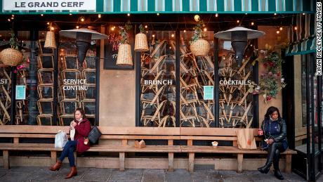 La gente almuerza fuera de un restaurante cerrado el 1 de febrero en París.