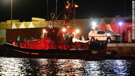 Un groupe de migrants arrive à Fuerteventura dans les îles Canaries le 25 janvier 2021. Leur bateau transportait 52 hommes, huit femmes et trois mineurs.