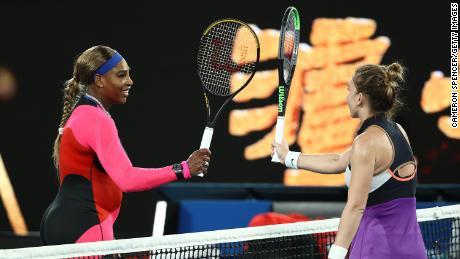 Williams y Halep tocan las raquetas en la red después del partido.
