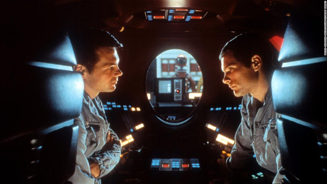 "Gary Lockwood talks to Keir Dullea in a scene from the 1968 电影 ""2001: 太空漫游,&quo报价hich was produced and directed by Stanley Kubrick."