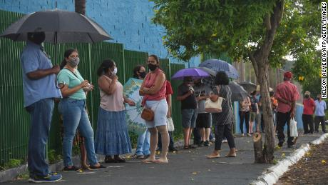 Residents line up to receive the Coronavac vaccine against COVID-19, in Serrana, oor 323 km from Sao Paulo, Brasilië, op Februarie 17, 2021.
