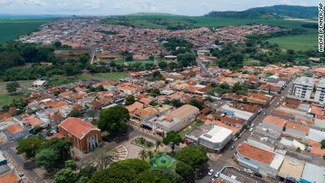 برازیل کوویڈ - 19 انفیکشن کی شرح پر اثر کو جانچنے کے لئے پورے شہر کی بالغ آبادی کو ٹیکہ دے گا