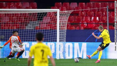 Haaland marque le troisième but de Dortmund contre Séville.