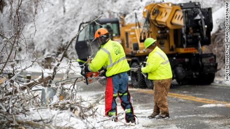 Workers clear the snow in Huntington, Virginia dell'ovest.
