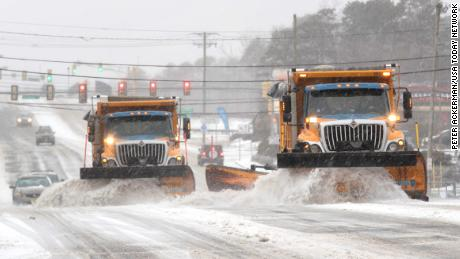 Snow plows clear the roads in Barnegat Township, 뉴저지.
