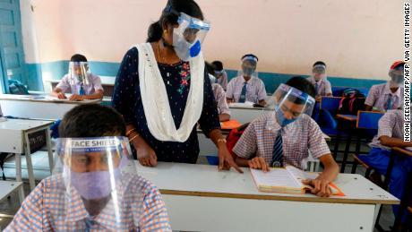 Siswa yang mengenakan masker wajah dan pelindung wajah menghadiri kelas di Hyderabad, India, pada 6 Februari 2021.