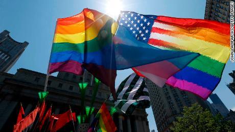 अधिक अमेरिकी पहले से कहीं अधिक LGBTQ के रूप में पहचान कर रहे हैं, सर्वेक्षण में पाया गया