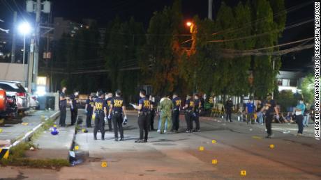 Baku tembak terjadi di tempat parkir di luar mal di Quezon City, Filipina.