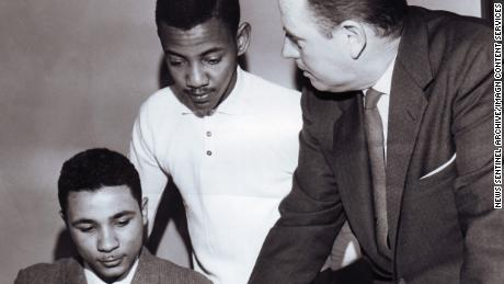 Charles Edgar Blair, 左, and Theotis Robinson Jr., both 18, register for classes at the University of Tennessee with William G. Smyth, assistant dean of admissions, on January 3, 1961.