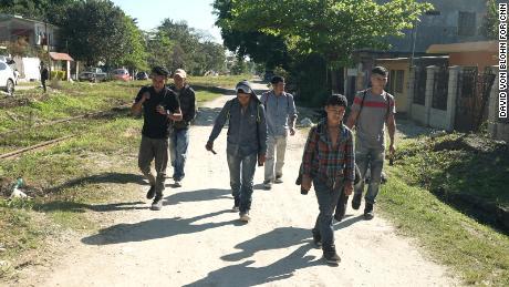 کارلوس اور بھائی ولفریڈو ایک گروپ کے ساتھ شمال کا سفر جاری رکھے ہوئے ہیں۔