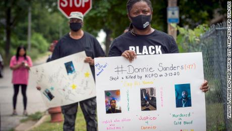 The family of Donnie Sanders, including his sister, Youlanda, 对, and others gathered in Kansas City to talk about police brutality and seek justice for Donnie.