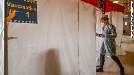 ایک نرس 17 فروری کو شمالی فرانسیسی قصبے ڈنکرک کے ایک اسپتال میں کوویڈ 19 کا پہلا ٹیکہ لگانے کی تیاری کر رہی ہے۔