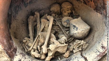ایک مرد اور ایک عورت قبر میں دبے ہوئے پائے گئے۔