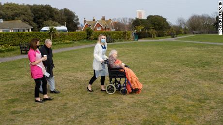 جینٹ اور جارج ہیس ، انگلینڈ کے ایسٹ بورن کے ایک پارک میں۔