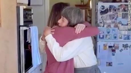 Sarah Stevens ganhou o melhor presente de 28º aniversário. Ela teve que abraçar sua avó.