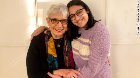 Depois de um ano sem abraços, Evelyn Shaw conseguiu apertar sua neta, Ateret Frank.