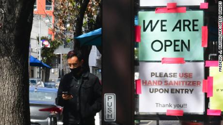 "A ""We Are Open&kwotasie; sign is seen on the side of a restaurant as indoor dining reopens in Los Angeles, op Maart 15, 2021."