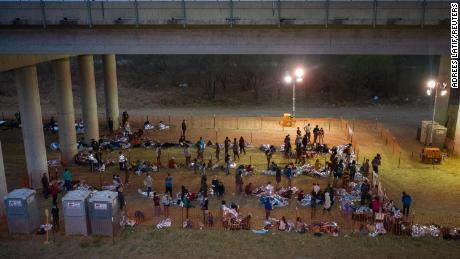 Asylum seeking migrant families and unaccompanied minors from Central America take refuge in a makeshift U.S. Customs and Border Protection processing center under the Anzalduas International Bridge after crossing the Rio Grande river into the United States from Mexico in Granjeno, Texas, NOI., marzo 12, 2021.
